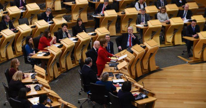 Scozia, dare uno schiaffo ai figli sarà illegale: i genitori punibili penalmente. È la prima volta in Regno Unito