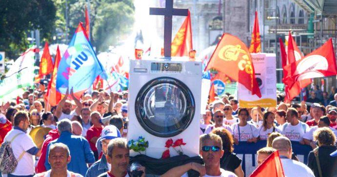 Whirlpool, sciopero per la cessione del sito di Napoli: si fermano tutti gli stabilimenti italiani. A Roma manifestano oltre 1000 operai