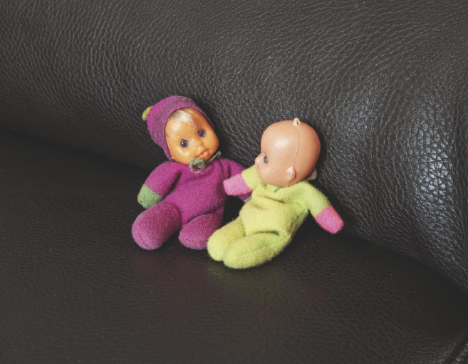 """Anna e suo fratello Carlo – """"Dopo la sua morte – il 21 aprile 2013, all'età di 40 anni – ho trovato nel suo comodino i due bambolotti con cui giocavamo da piccoli. Carlo giocava con quello verde, io con quello viola…"""""""