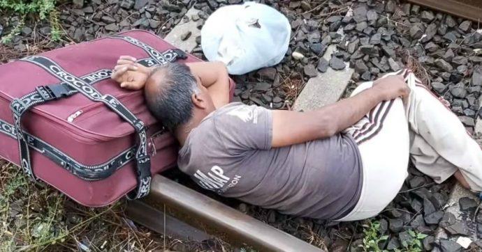 Un lavoratore indiano non pagato si sdraia sul binario. Un volto dello sfruttamento