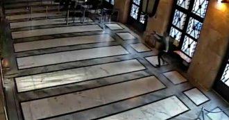 Trieste, le immagini del killer che spara all'interno della questura e il suo tentativo di fuga. VIDEO