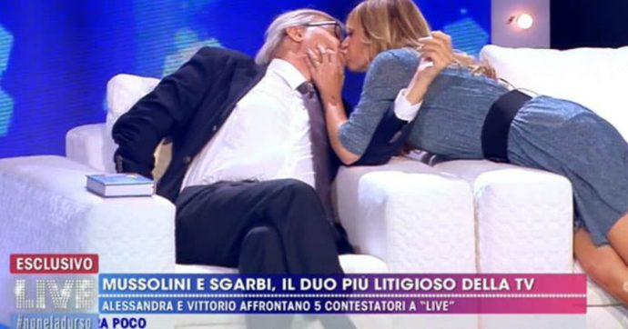 """Alessandra Mussolini bacia Vittorio Sgarbi in diretta tv e Barbara D'Urso le fa notare: """"Ti è uscita una tetta"""""""