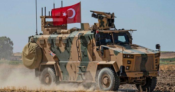 """Siria, Usa: """"No al via libera all'offensiva turca contro i curdi"""". Ankara: """"Operazione militare pronta"""". Sdf: """"Disposti ad accordo con Assad"""""""
