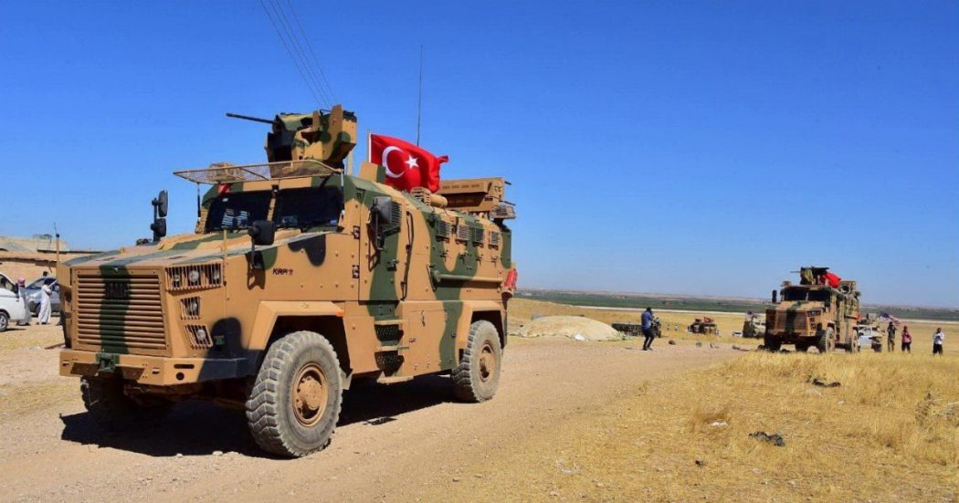 """Siria, Turchia dà il via all'offensiva di terra dopo i bombardamenti: """"11 vittime, 8 sono civili"""". Colpita anche Kobane, città che sconfisse Isis"""
