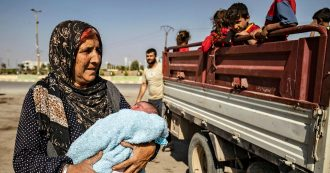 """Siria, bombe su convoglio con giornalisti: due reporter uccisi. Merkel chiama Erdogan: """"Fermati"""". Accordo curdi-Damasco anti-Turchia"""