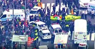 New York, gli attivisti per il clima di Extinction Rebellion bloccano Times Square con una barca: 62 arresti