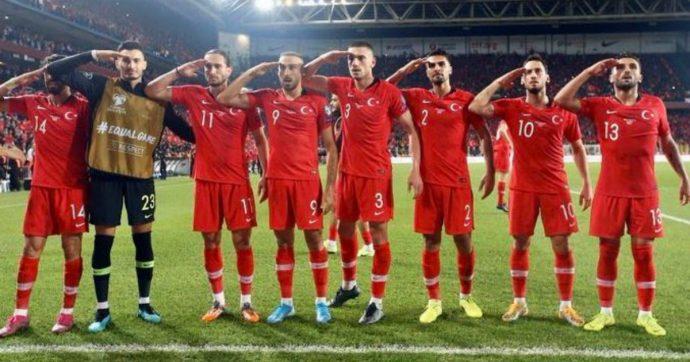 Guerra in Siria, i calciatori turchi festeggiano la vittoria con il saluto militare pro Erdogan