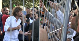 """Italia 5 stelle, urla contro i giornalisti all'arrivo di Virginia Raggi. Attivisti alla Iena Filippo Roma: """"Venduto"""""""
