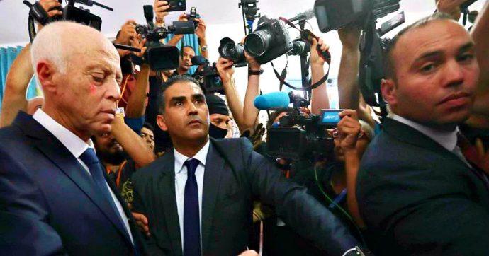 """Tunisia, il nuovo presidente è Saïed: il """"Robocop"""" anticorruzione ha battuto il """"Berlusconi d'Arabia"""" (scarcerato da 4 giorni)"""