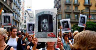 """Catalogna, proteste e scontri con la polizia dopo le condanne di 12 leader indipendentisti. Puigdemont: """"Barbarie"""". Sanchez: """"Dialogo"""""""