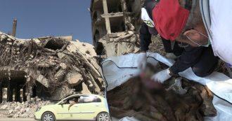 """Siria, nelle fosse comuni della capitale del Califfato: """"Vittime di esecuzioni di massa dell'Isis ma anche dei bombardamenti americani"""""""