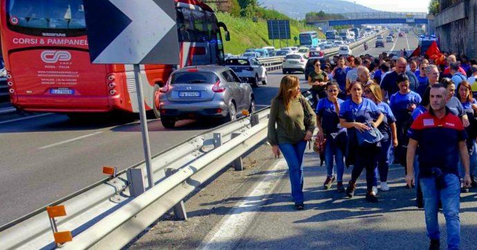 """Whirlpool Napoli, l'azienda: """"Chiudiamo lo stabilimento il 1° novembre"""". Operai bloccano l'autostrada: """"Avanti con la lotta"""""""