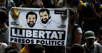 Catalogna, seconda giornata di contestazioni. In migliaia cercano di entrare nelle sedi del governo spagnolo: cariche della polizia
