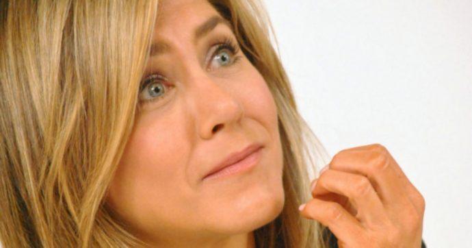 Jennifer Aniston mette all'asta una sua foto senza veli: il ricavato sarà donato per l'emergenza coronavirus