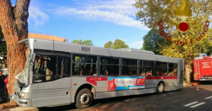 Roma, autobus di linea contro un albero sulla via Cassia: ventinove feriti. Sequestrato il cellulare dell'autista