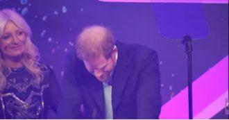Principe Harry in lacrime sul palco davanti al pubblico: il toccante discorso sul figlio Archie
