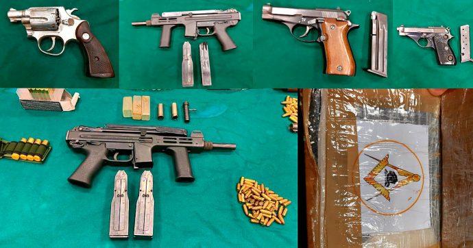 'Ndrangheta, trovate in un garage a Reggio Calabria armi da guerra ed esplosivo. Anche cocaina con il simbolo della massoneria