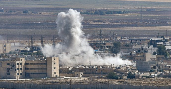 """Siria, Erdogan: """"Non dichiareremo mai cessate il fuoco"""". E i curdi dichiarano """"interrotte"""" le operazioni anti-Isis: """"Non sono più la priorità"""""""