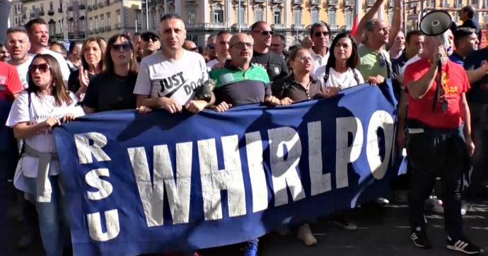 Whirlpool Napoli a rischio chiusura: gli operai protestano. Tavolo del Mise con i vertici dell'azienda il 29 gennaio