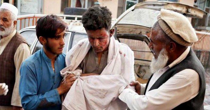 """Afghanistan, esplosione in una moschea al confine con il Pakistan: 62 morti. Taliban: """"Condanniamo l'attacco"""""""