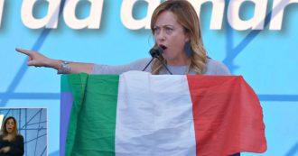 """Meloni: """"Se servono i muri, si costruiscono"""". Poi cita Grillo e dalla piazza partono i cori di """"vaffa"""""""