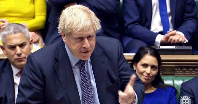 """Brexit, governo battuto: ok all'emendamento che rinvia l'uscita. Johnson: """"Non negozierò con l'Ue alcun rinvio. Noi fuori il 31 ottobre"""""""
