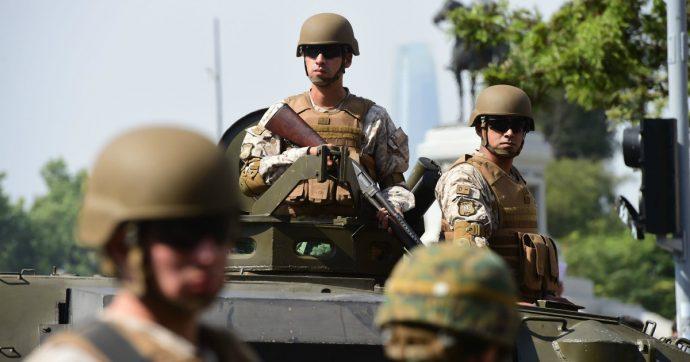 Cile, a Santiago tornano carri armati e coprifuoco. Tre morti negli scontri
