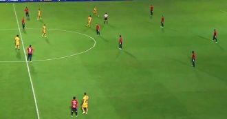 I giocatori restano immobili in campo in segno di protesta, ma gli avversari ne approfittano
