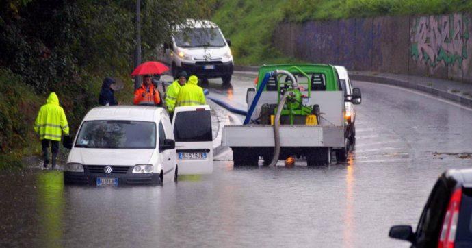 Maltempo, forti piogge in tutto il Nord Ovest. Allerta in Piemonte, frane in Liguria: treni fermi sulla Genova-Torino e per Milano
