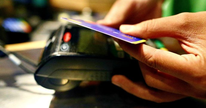 Pos, quanto costano agli esercenti le commissioni sui pagamenti. Con le banche più grandi circa 1 euro ogni 50 ricevuti