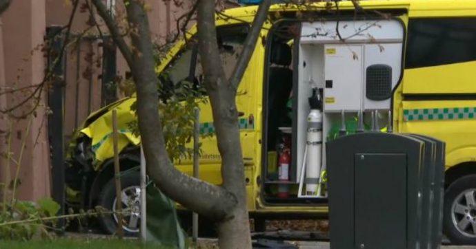 """Oslo, ruba ambulanza e si lancia sui pedoni. Arrestati un uomo e una donna: """"Legami con ultradestra"""". Tra feriti un bimbo su passeggino"""