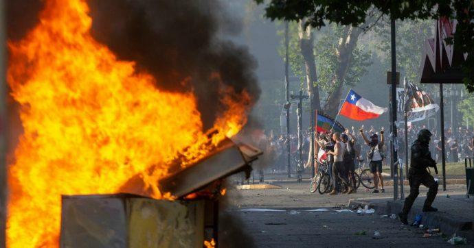 Proteste in Cile, 15 morti e 77 feriti. Soldato spara e uccide manifestante 25enne: arrestato