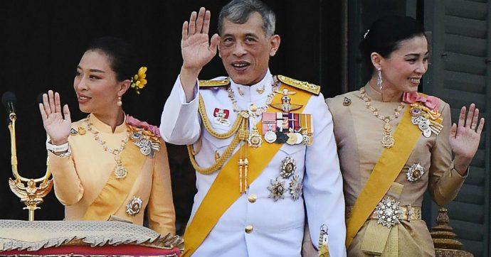 """Thailandia, il re ripudia la sua concubina ufficiale: """"Si atteggia a regina e sfida la coppia reale"""""""