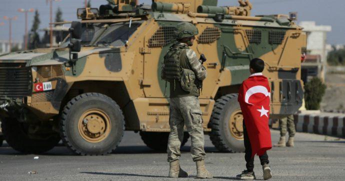 """Siria, Erdoğan pensa all'entrata a Kobane e chiede la cattura del comandante dei curdi. Amnesty: """"Siriani rimpatriati con la forza"""""""