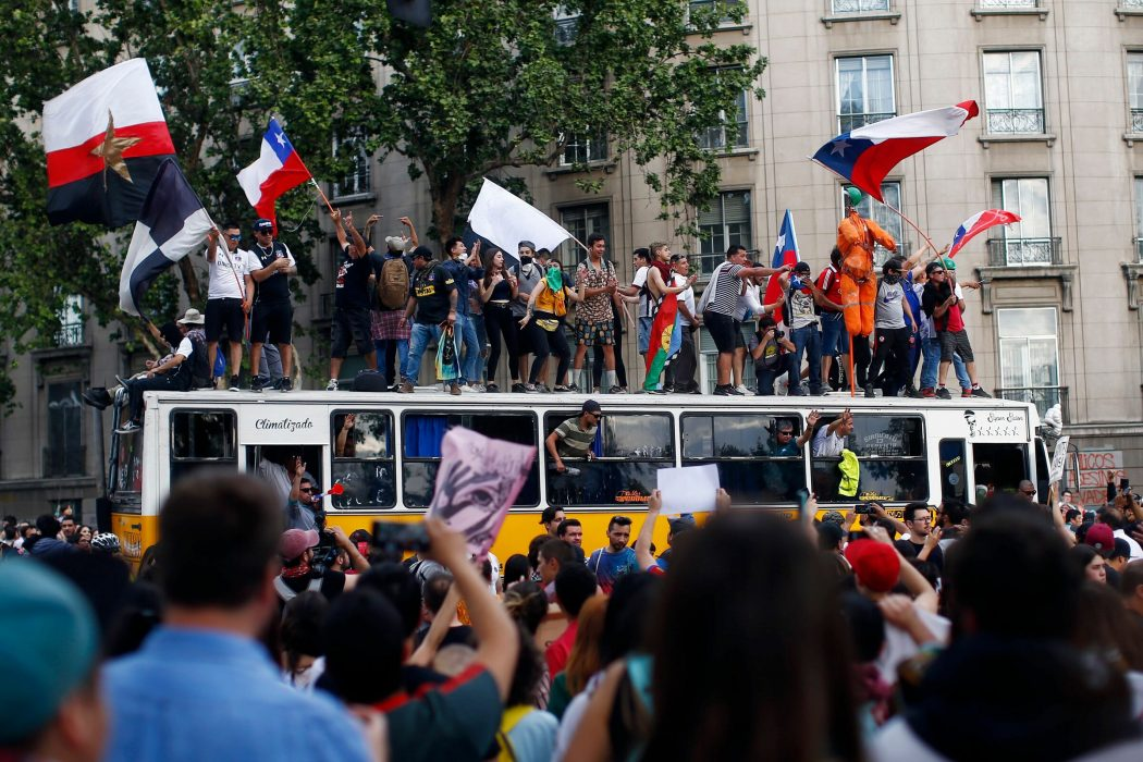 People demonstrate in Santiago, on October 25, 2019, a week after violence protests started. – Demonstrations against a hike in metro ticket prices in Chile's capital exploded into violence on October 18, unleashing widening protests over living costs and social inequality. (Photo by Pablo VERA / AFP)