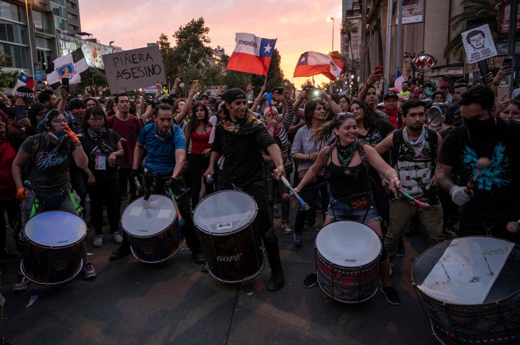 Demonstrators play the drums in Santiago, on October 25, 2019, a week after protests started. – Demonstrations against a hike in metro ticket prices in Chile's capital exploded into violence on October 18, unleashing widening protests over living costs and social inequality. (Photo by Pedro Ugarte / AFP)