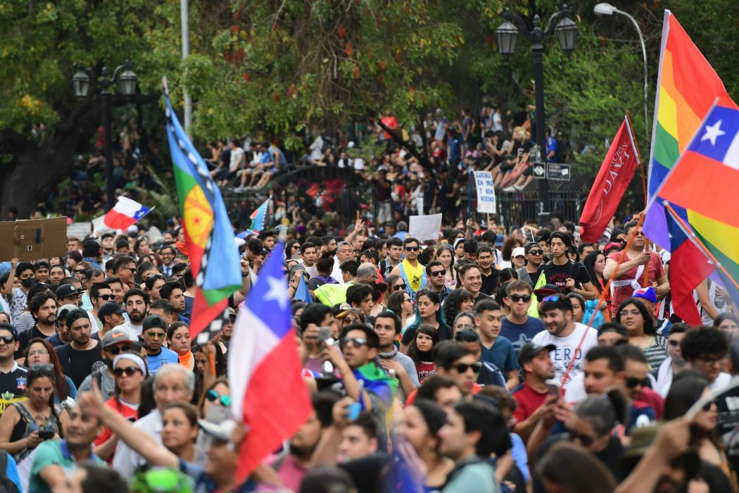 People protest in Santiago, on October 25, 2019, a week after violence protests started. – Demonstrations against a hike in metro ticket prices in Chile's capital exploded into violence on October 18, unleashing widening protests over living costs and social inequality. (Photo by Martin BERNETTI / AFP)