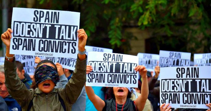 """Catalogna, 350mila in piazza a Barcellona: """"Liberate i leader indipendentisti"""". In serata scontri tra la polizia e i manifestanti"""