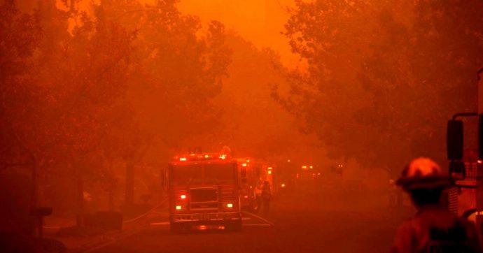 """Incendi in California, evacuati in 200mila. """"Ma i ricchi californiani non temono le fiamme: pompieri privati a 3mila dollari al giorno"""""""