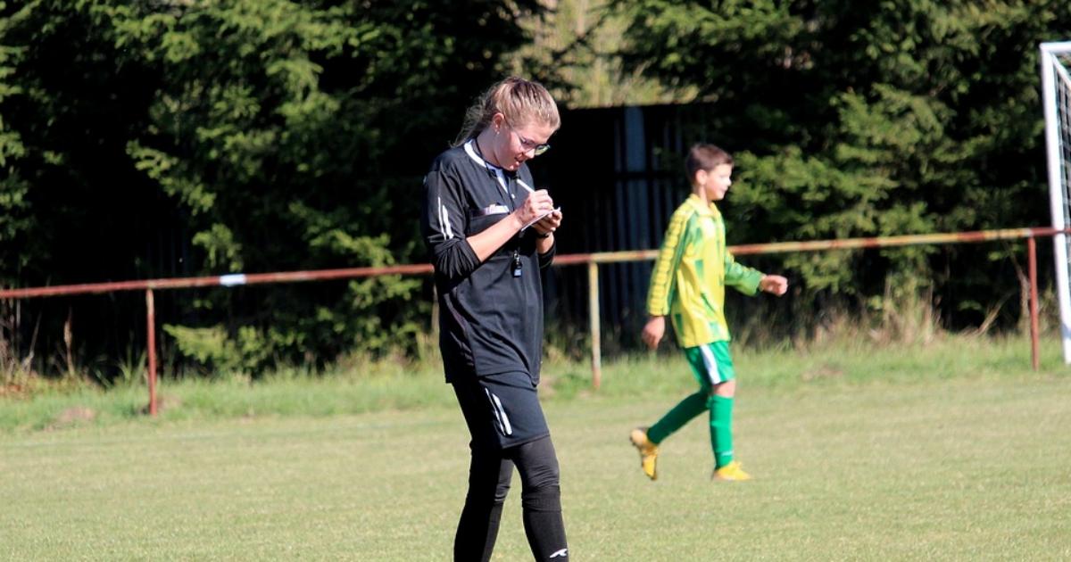 Calcio, quando l'arbitro è donna (e le madri la fischiano)