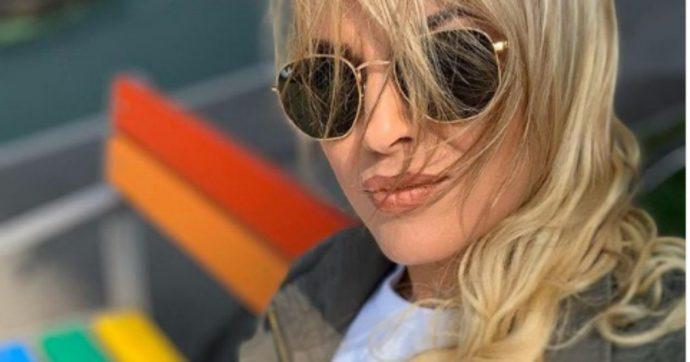 """Francesca Pascale apre Instagram, il primo post è un selfie su una panchina arcobaleno: """"È il mese delle famiglie, di tutte le famiglie"""""""