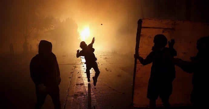 Cile, nuovi scontri davanti al palazzo del governo: incendi e saccheggi nei supermarket