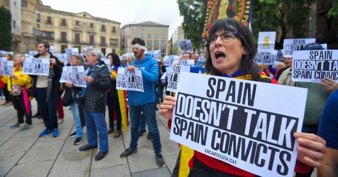 """Catalogna, associazione Òmnium Cultural lancia una campagna di autocondanna: """"Siamo colpevoli quanto i 12 leader catalani"""""""