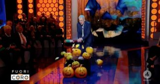 """Fuori dal coro, Mario Giordano prende una mazza e inizia a spaccare zucche urlando: """"Io non voglio festeggiare Halloween"""""""