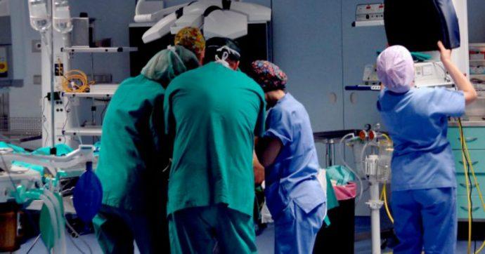 Brindisi, irrompono in sala operatoria durante un intervento e aggrediscono medici: volevano un consulto immediato per un loro parente