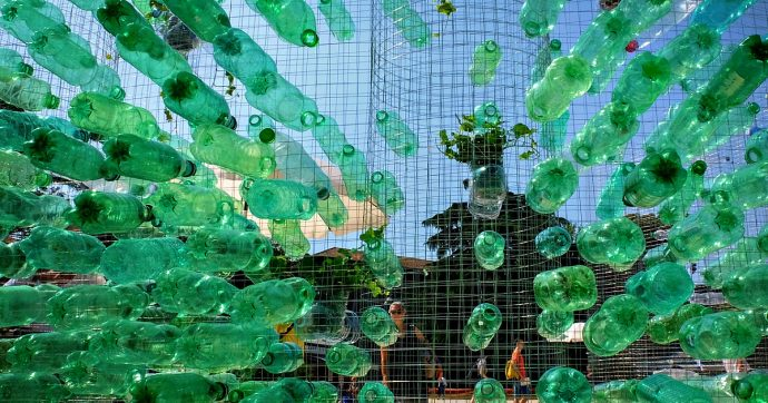 Coronavirus, dal rinvio della plastic tax fino ai rifiuti: l'emergenza riapre il dibattito sui temi ambientali. E le aziende fanno pressing