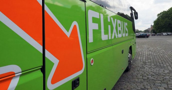 """FlixBus Italia ha cancellato i viaggi programmati di 5mila passeggeri: """"Ci adeguiamo alle disposizioni anti-Covid"""""""