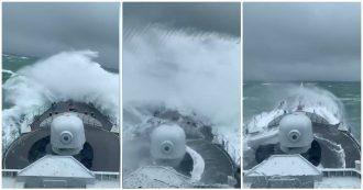 La nave da guerra è in mezzo alla tempesta: le onde la investono ma a bordo reagiscono così