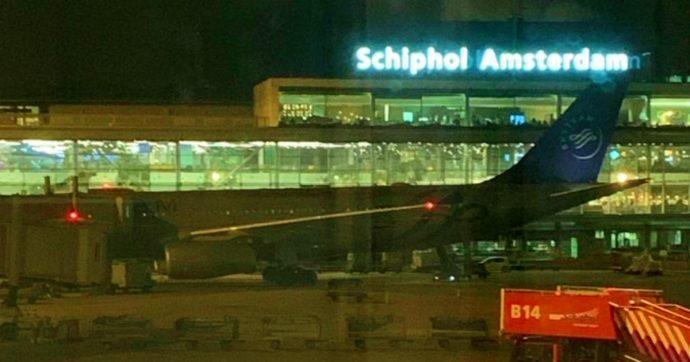 """Amsterdam, falso allarme dirottamento su un aereo diretto a Madrid: """"Protocollo attivato per errore, stanno tutti bene"""""""