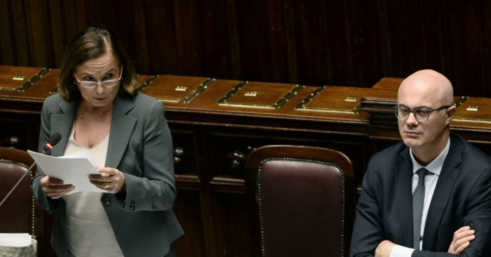 """Lamorgese in Aula difende accordo con Libia. Poi annuncia: """"Tripoli ha aperto a modifiche"""". Leu: """"Serve chiusura immediata dei centri"""""""